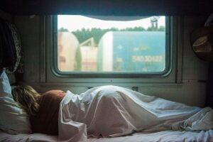 Schlafende Frau im Campervan