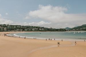 Strand mit Menschen im Hintergrund